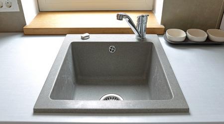 Кухонные мойки из искусственного камня: советы по выбору и уходу