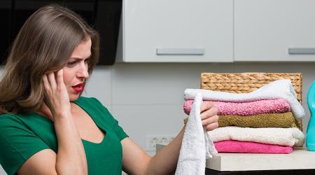 Как вывести пятно от фломастера на обоях и одежде