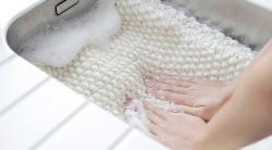 Как постирать вязаную вещь, чтобы она села на 1–2 размера