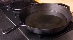 Как прокалить новую чугунную сковороду